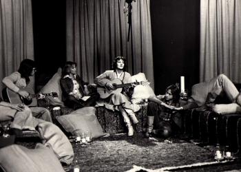 1977 - Op die stel van 'Fyn net van die woord' met Sandra Prinsloo, Reghardt van den Bergh en my kitaarspeler, Colin Drew
