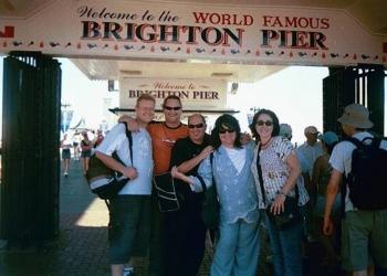 2003 - Ek en my persoonlike assistent van daardie tyd, Kelly Robinson-du Plessis en die lede van my orkes: Clinton Waring, Wouter van de Venter en Leon Ecroignard by Brighton Beach. Ons was in Londen om deel te neem aan Ukkasie in Stevenage, en het vir die dag saam uitgery Brighton Beach toe.